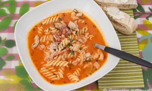 En slags tomatsoppa med kyckling och bacon samt på bilden med pastaskruvar - funkar med annan pasta med. Gott med bröd till. God smak av basilika, chili, oregano, vitlök och en skvätt grädde så den blir lite krämig också.