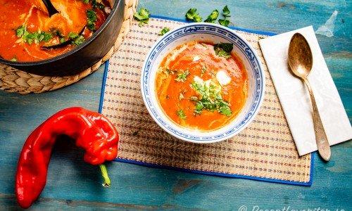 Soppa med rostad paprika i tallrik
