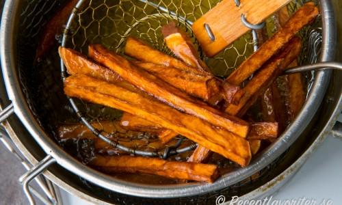 Fritera lite av sötpotatisen i taget några minuter tills de har fin färg.