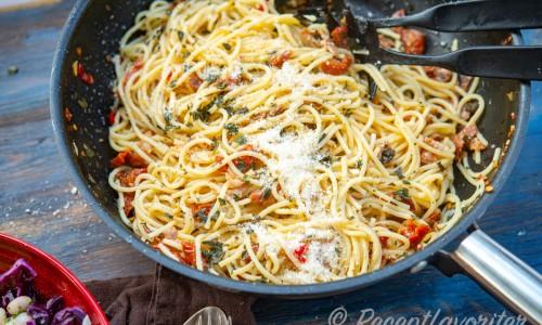 Blanda gärna ihop pastan väl i en stor panna med höga kanter, kastrull eller skål.