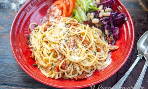 Spagetti med bacon och soltorkad tomat i pastaskål