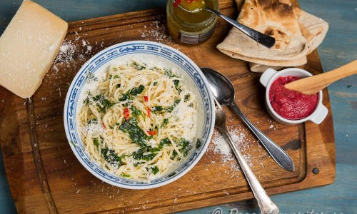 Spagetti med chili, vitlök, persilja, olivolja och parmesandu kan göra riktigt het med stark färsk chili.