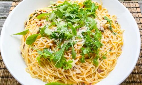 Spagetti med vitlök, soltorkad tomat, ruccola och parmesan eller prosociano