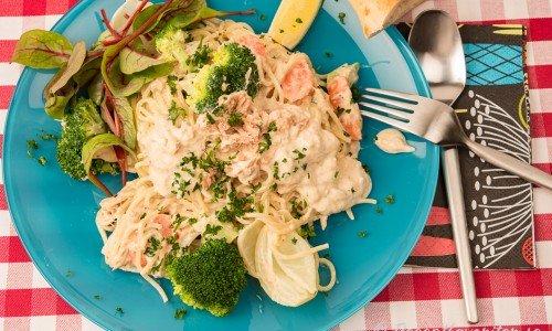Spagetti med tonfisksås och grönsaker samt sallad och citron.