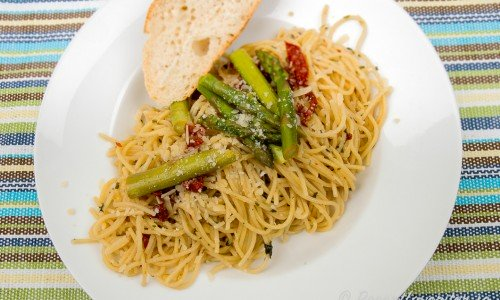 Spagetti med sparris och soltorkad tomat