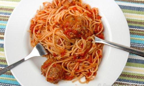 Spagetti med köttbullar i tomatsås