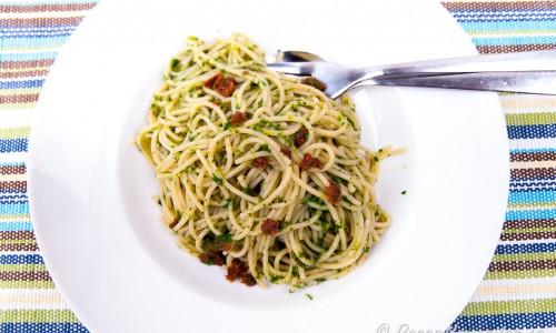 Spagetti med spenat och soltorkad tomat