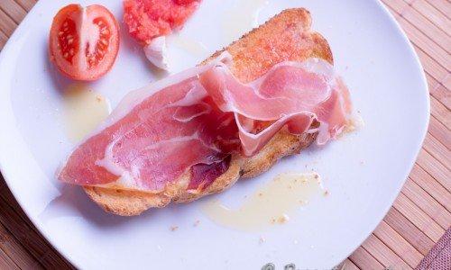 Spanskt tomatbröd eller Pan con tomate. Spansk tapas när den är som bäst.
