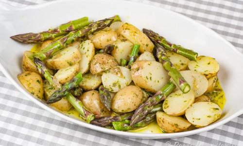 Grön sparris och potatissallad på fat