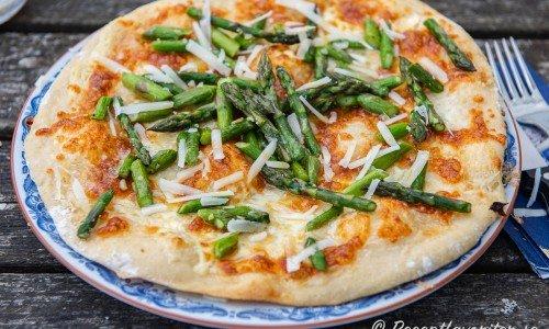 Sparrispizza Bianco på tallrik