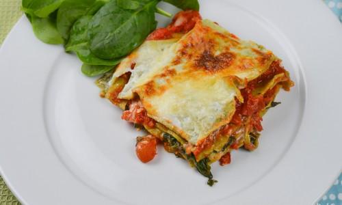 Toppa lasagnen med ost som mozzarella samt ev. getost, ädelost eller fetaost om du gillar det.
