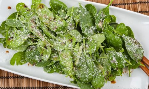 Spenatsallad med parmesan, olivolja och balsamvinäger på fat