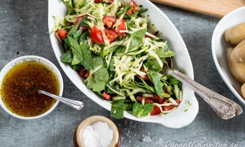 Spenatsallad med tomat och zucchini