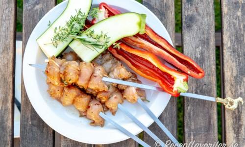 Marinera innerfiléerna och trä på spett. Grilla gärna lite grönsaker som spetspaprika och zucchini samtidigt.
