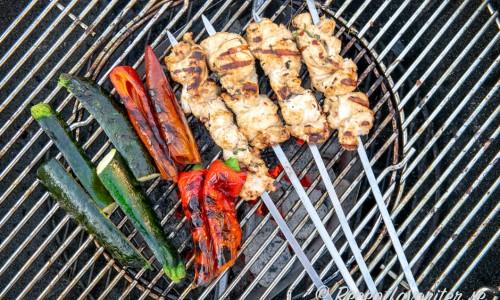 Grilla spetten runt om några minuter. Kolla så att köttet är genomstekt genom att skära i en bit in till spettet. Paprika och zucchini grillas med lite olivolja så att de får färg.