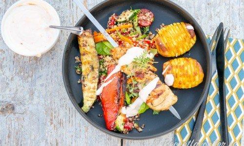 Kycklingspett med supermöra innerfiléer, yoghurt- och sweetchilisås, quinoasallad samt Hasselbackspotatis.