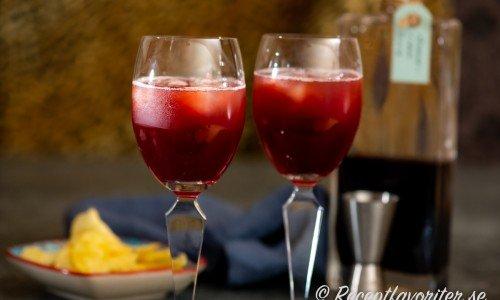 Två vinglas med spritz smaksatt med saft