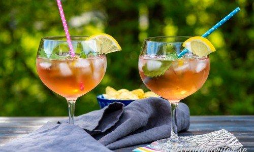 Spritz med fläder och rosévin, is och citron i glas med sugrör.