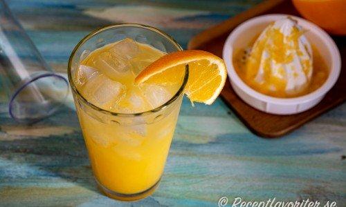 Screwdriver med vodka och färskpressad apelsin i glas