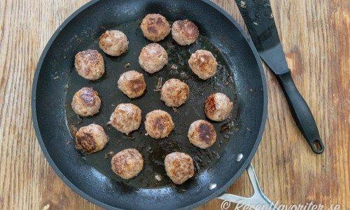Har du en stor stekpanna kan du steka alla på en gång. Ta annars två stekpannor. Eller stek bryn hälften i taget och stek sedan klart alla i en panna.