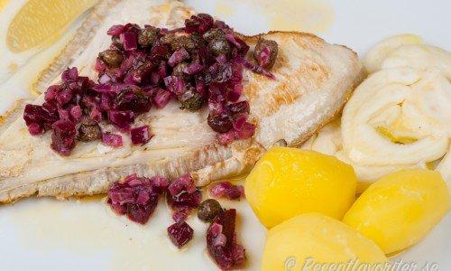 Stekt fisk med rödbetor, kapris och skirat smör