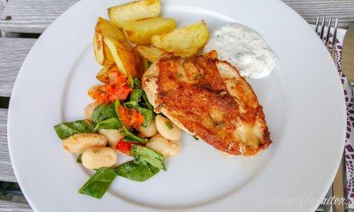 Stekt kycklingfilé med klyftpotatis och sallad