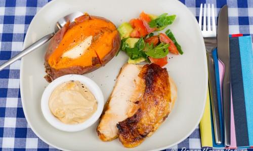 Stekt kycklingfilé med mojo rojo sås på tallrik