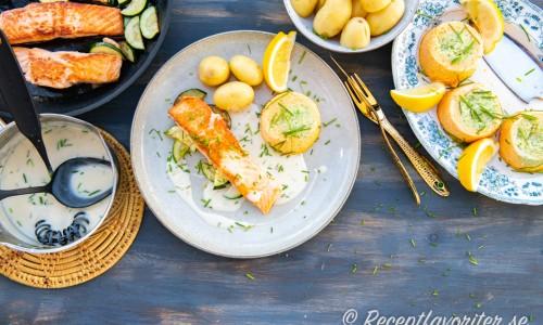 Serveringsförslag för timbalerna med lax, potatis, vitvinssås och citron.