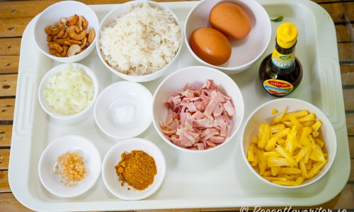 Ingredienser till stekt ris med ananas på bricka