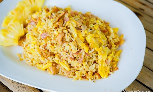 Stekt ris med ananas på fat