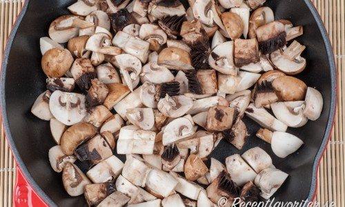 Färsk svamp innehåller mycket vätska så stek den först i en torr panna så den vätskar sig och vätskan dunstar bort.