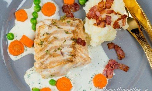Torskfile med bacon på tallrik