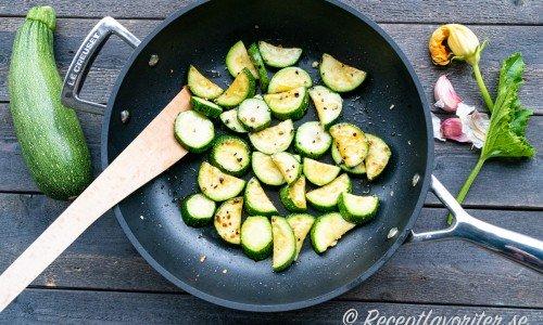 Stekt zucchini i stekpanna