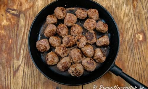 Älgköttbullarna får steka klart i en gjutjärnspanna på spisen på låg värme eller i ugnen ca 10 minuter på 200 grader.
