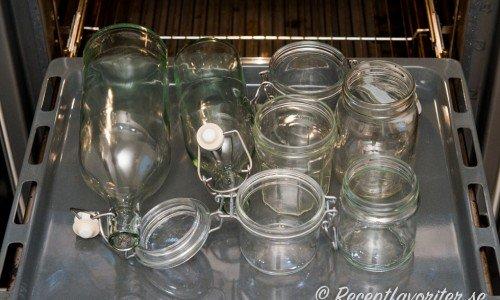 Sterilisering av glasburkar, syltburkar eller flaskor i ugnen på 125 grader i 10 minuter.