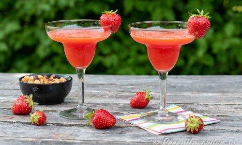 Frozen strawberry Daiquiri i glas med jordgubbe som garnering