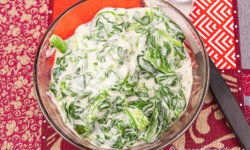 Stuvad spenat - här bladspenat i vit sås även kallad Bechamelsås - serverad i skål.