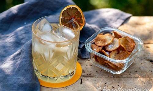 Sun Li cocktail eller drink med torkad citrus och chips