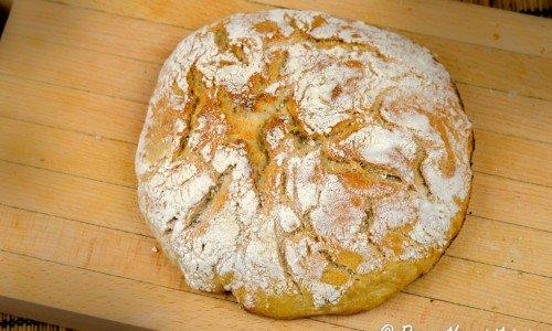Surdegsbröd och surdeg. Här är degen vikt under bröden och sedan jäst i brödkorg, vänt upp och ner och gräddat.