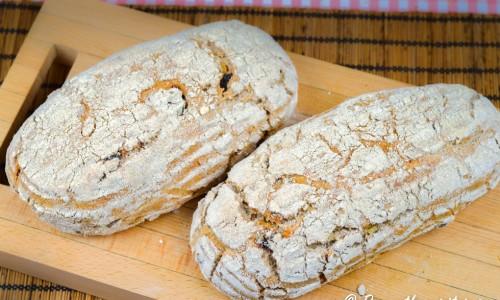 Surdegsbröd bakade med ljust vetesurdeg i avlånga brödformar.