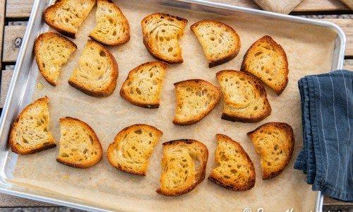 Surdegsbrödet rostas gyllene och knaprigt till toast.