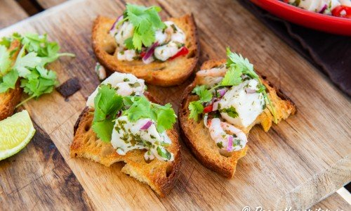 Serveringsförslag för surdegstoast med ceviche - marinera fisk.