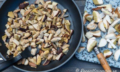 Fräs svampen på medelvärme eller låg värme i 20 minuter i en torr panna så att vätskan i svampen dunstar bort.
