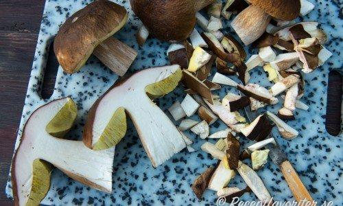 Rensa, borsta bort skräp och putsa bort fula delar på svampen. Skär i den i bitar.