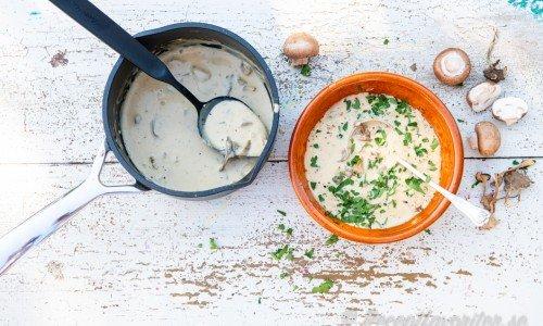 Svampsås i kastrull och serveringsskål