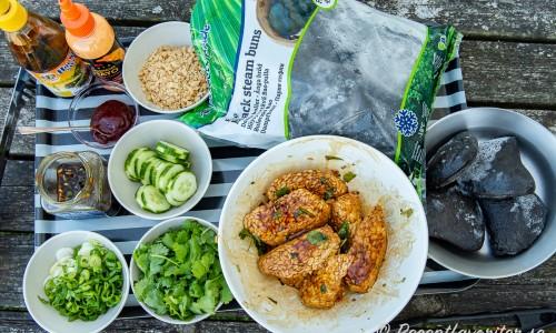 Ingredienser till fyllningen av bao bullarna: Salladslök, marinad till tempeh, gochujan chilisås, hoisinsås, srirachamajonnäs, jordnötter, gurka, färsk koriander, frysta svarta bao bröd samt marinerad tempeh.