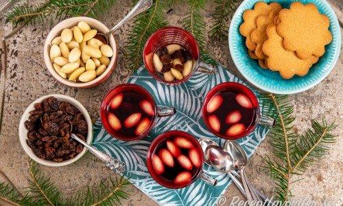 Alkoholfri svartvinbärsglögg serverad med pepparkakor, mandlar och russin.