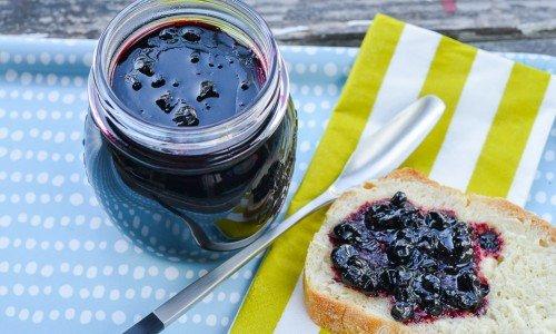 Svartvinbärsmarmelad är mycket gott på rostad bröd eller scones.