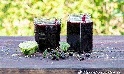 Svartvinbärssylt i burkar