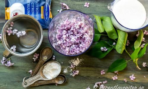 Ingredienser till syrensirapen - syrenblommor, vatten, socker, citronsyra, vaniljsocker och natriumbensoat.